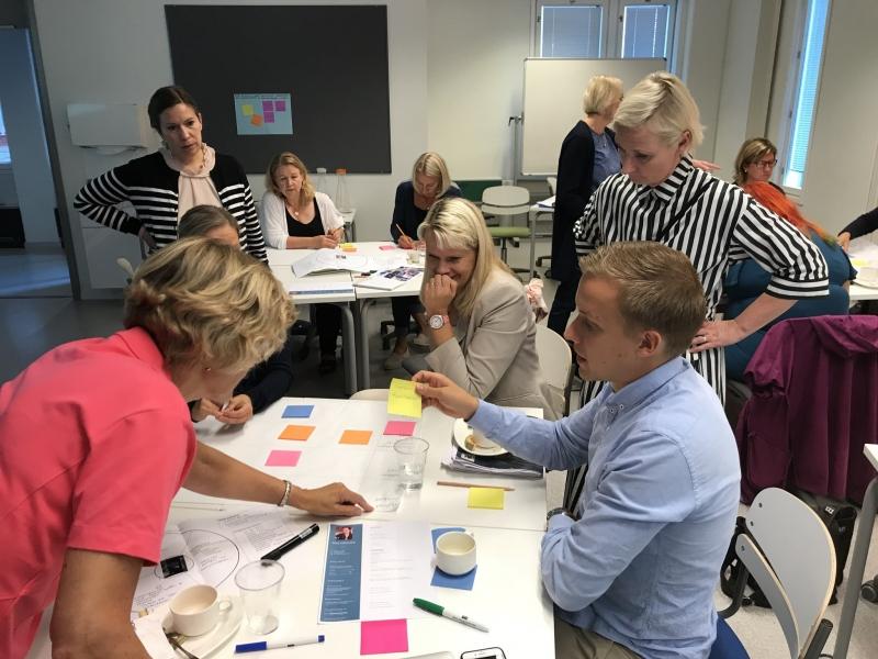 Raitapaidalliset Siviksen Heidi Ristolainen (vas.) ja Turun AMK:n Riitta-Liisa Lakanmaa (oik.) testaamassa palvelumuotoilun työkaluja SoteNavi-hankkeen osallistujien kanssa. Kuva: Riikka Teuri