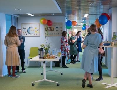 2.Helsingin toimiston aula täyttyi iltapäivällä munkeista, ilmapalloista ja iloisista vieraista.